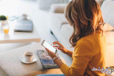 woman coffee texting e1566918924949 - چطور با یک پسر چت کنیم|راهنما و روش هایی برای پیام دادن به پسر ها