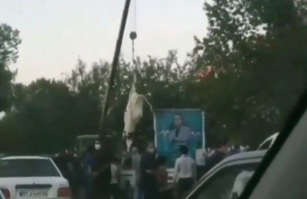 44746 543 - آویزان کردن یک گاو از جرثقیل جهت قربانی برای یکی از نامزدهای شورای شهر سیرجان